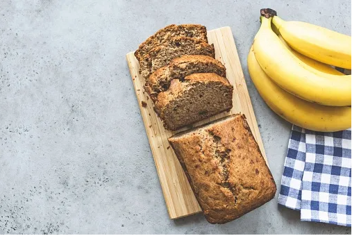 HEALTHY AND EASY HOMEMADE BANANA BREAD WITH ALMOND FLOUR
