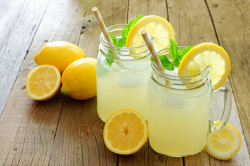 Healthy homemade lemonade recipe without sugar with honey